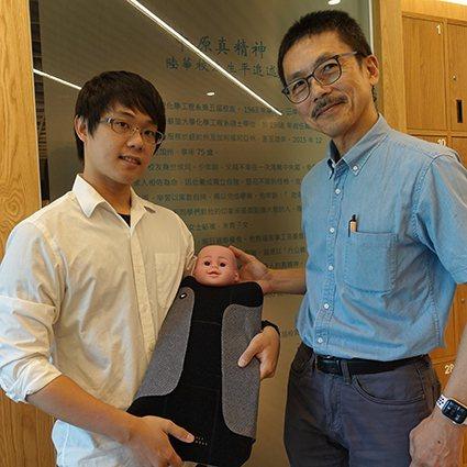 中原商設王暄文(左)在郭介誠老師指導下,以「小烏龜光療衣」獲新一代設計產學合作金...