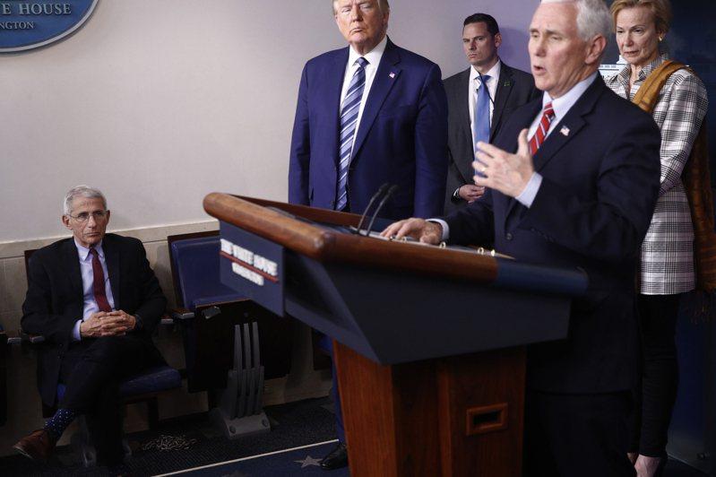 據報導,白宮正準備修正有關新冠疫情的講法,改為承認新冠病毒將長期存在,大家要有共存之道。今年3月成立的副總統潘斯領導的防疫小組將不解散。圖/美聯社