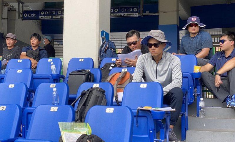 中華職棒6日舉辦新人測試會,中職5隊都有派人到場,這也是味全龍隊成立後第2度參與,總教練葉君璋(上排左2)等人出席。中央社