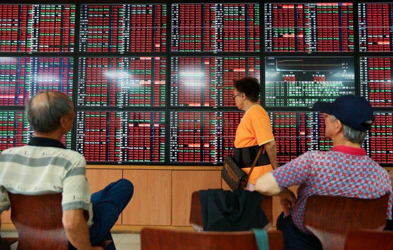 台股今天開高走高,在資金行情激勵下,盤中大漲上百點,攻上12000點大關。記者余承翰/攝影