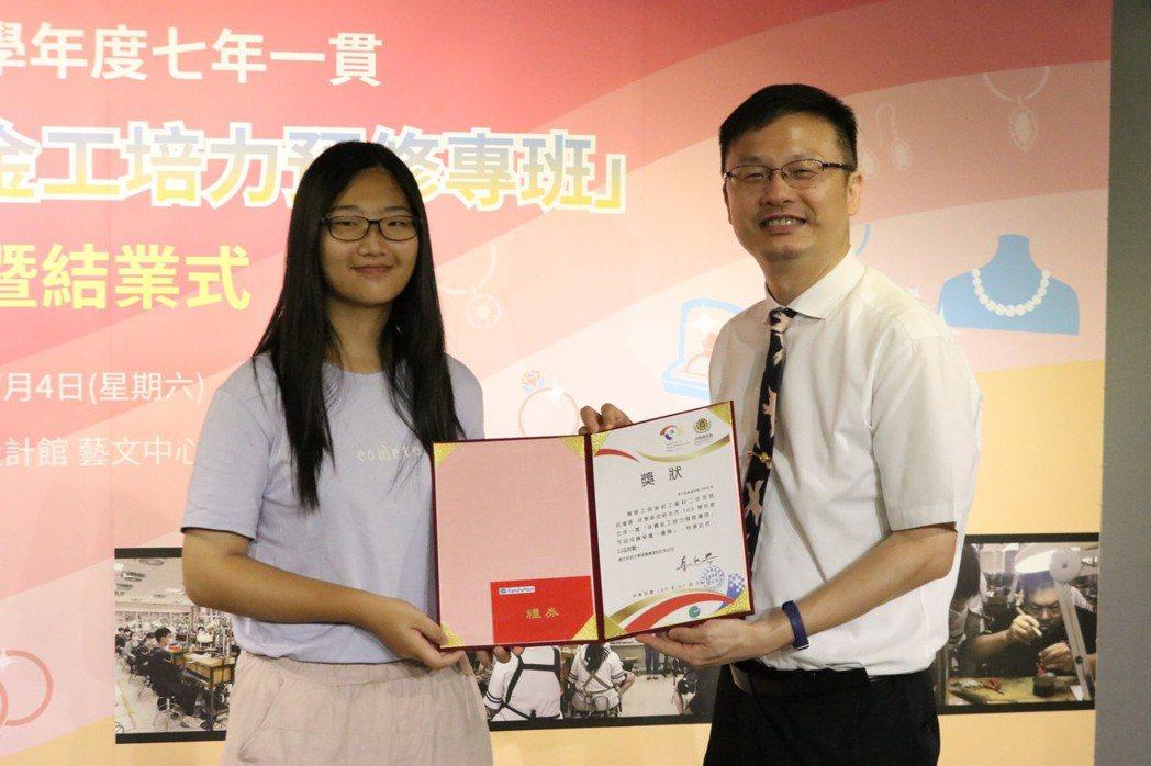新北市政府教育局局長張明文(右)也親自到場勉勵學生。