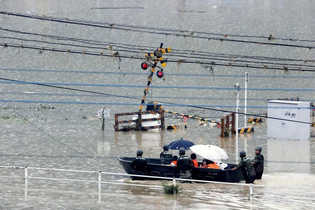 日本自衛隊將球磨村居民載至安全處。 圖/美聯社