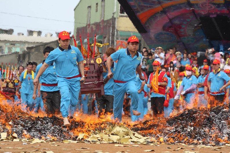 2013年,桃園文化局就已將竹圍福海宮飛輦轎、過金火,公告為桃園民俗類的無形文化財。 圖/聯合報系資料照