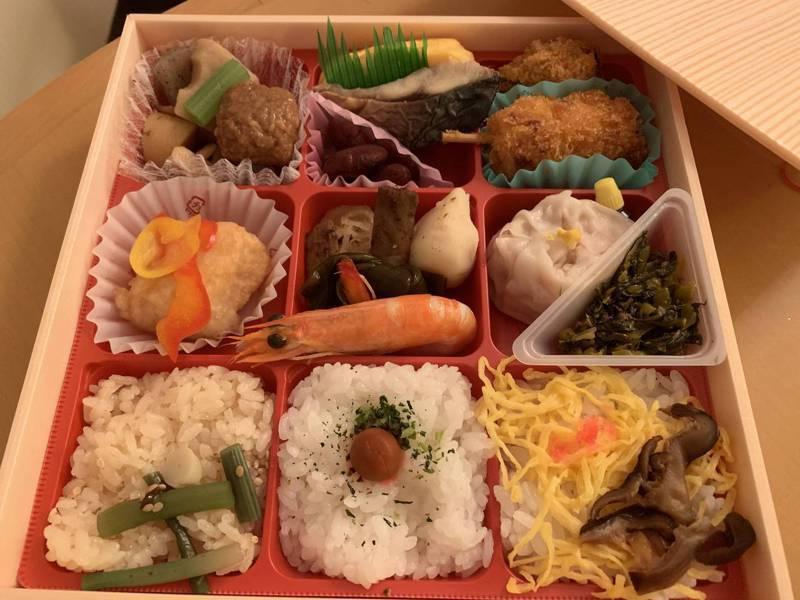 一名網友PO文提到,他搭乘日本新幹線時順手買了車站便當,但「冷便當」讓他相當不習慣,於是好奇詢問「日本火車便當,到底好不好吃呢?」圖擷自PTT