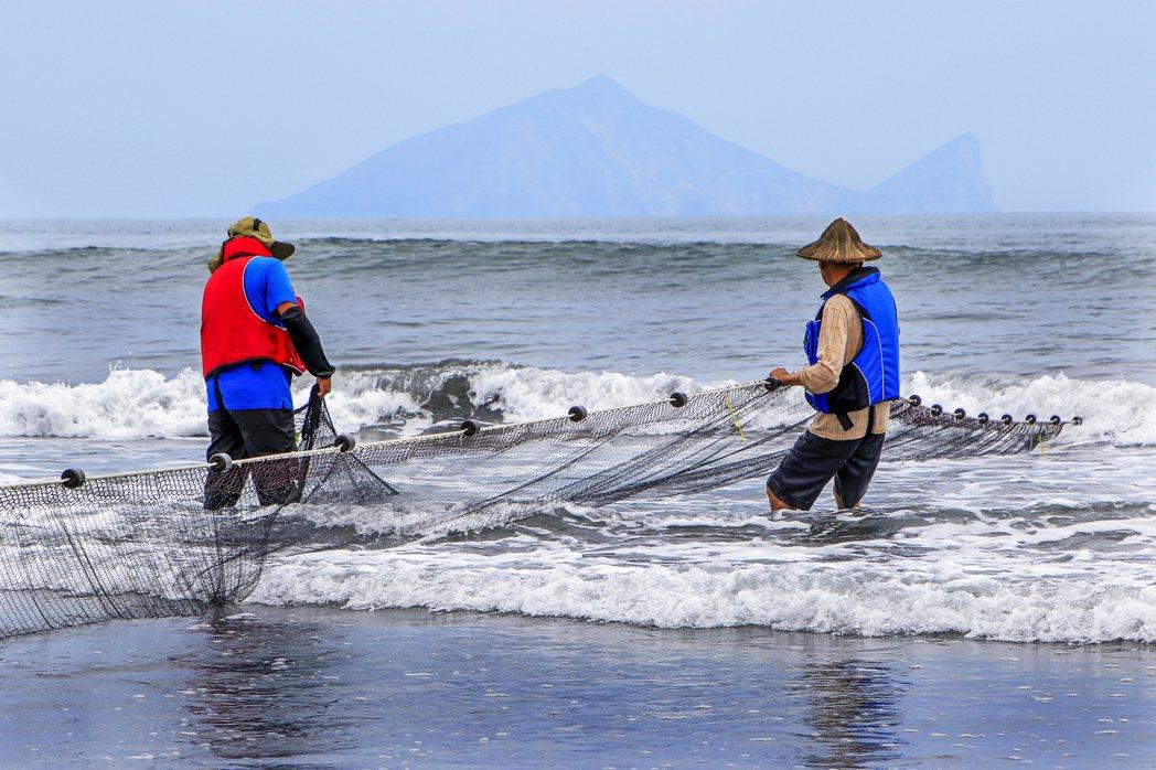 旅客可前往壯圍當地社區體驗已有200多年歷史的牽罟活動,認識宜蘭傳統捕魚文化及傳...