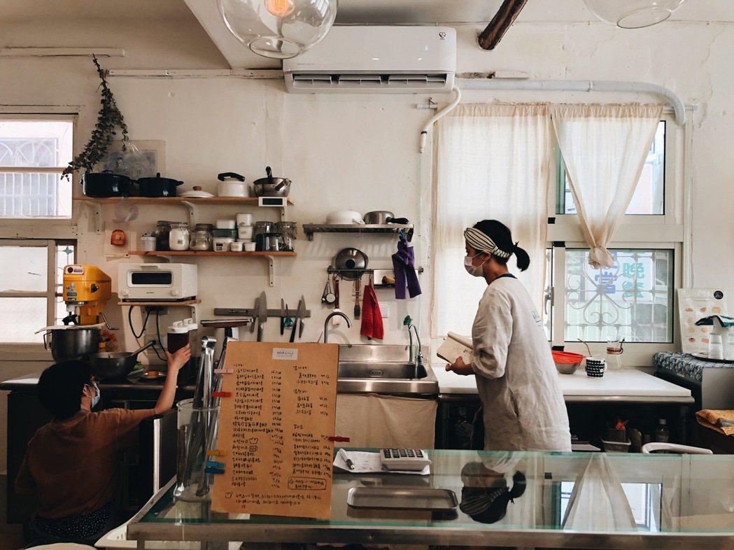 麵包的發酵熟成烤製,都需要大把時間,店主她們彷彿也習慣配合麵包的節奏,過上與溫度...