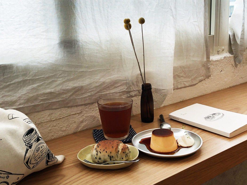牆上有排列整齊的烘焙書與攝影集,桌上擺著這樣的初夏午後會想吃的點心,我有一點時間...