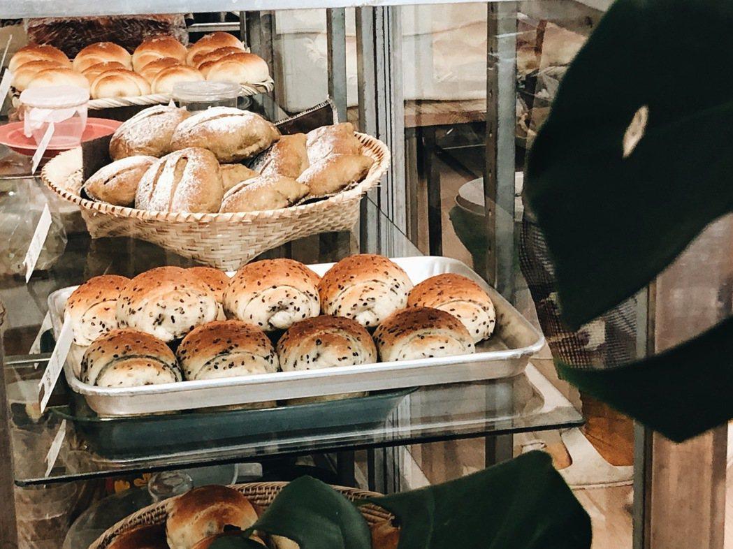 明明的麵包很樸實,偏向輕軟的日式麵包,品項不需過多,口味日常經典,省下花俏配方這...