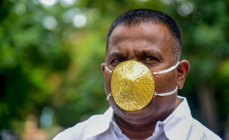 近日印度有位商人訂製了一款「黃金口罩」,一個要價4000美金(約新台幣11.8萬元)。圖擷自Bangkok Post