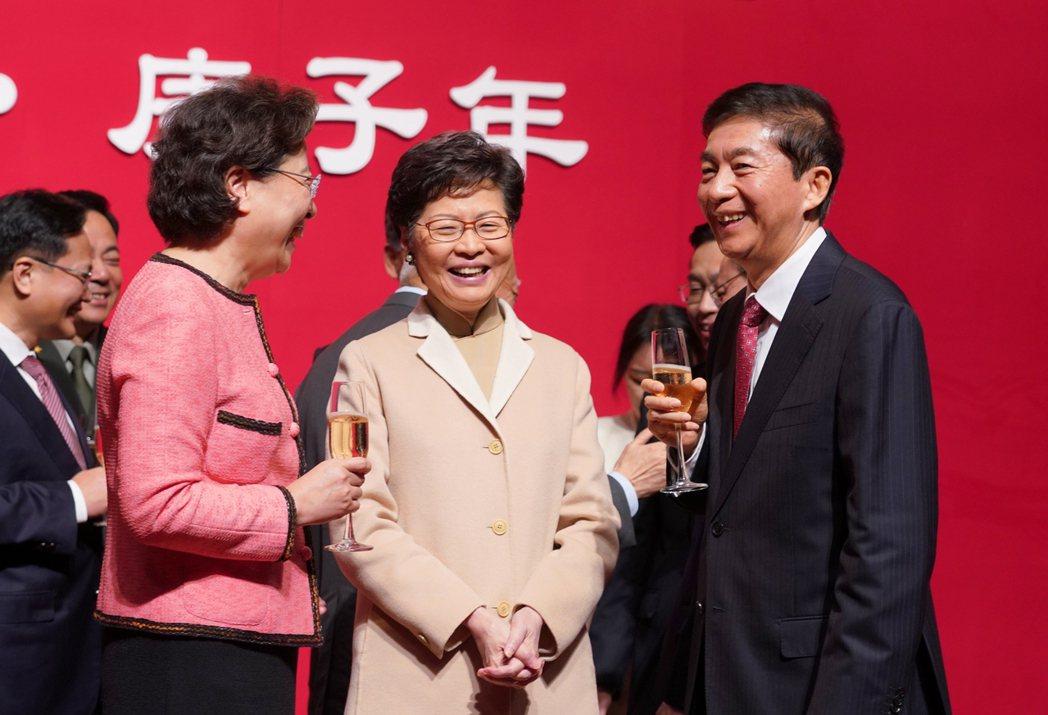 今年年初,香港中聯辦舉行新春酒會。走馬上任的駱惠寧與林鄭談笑間舉杯。 圖/中通社