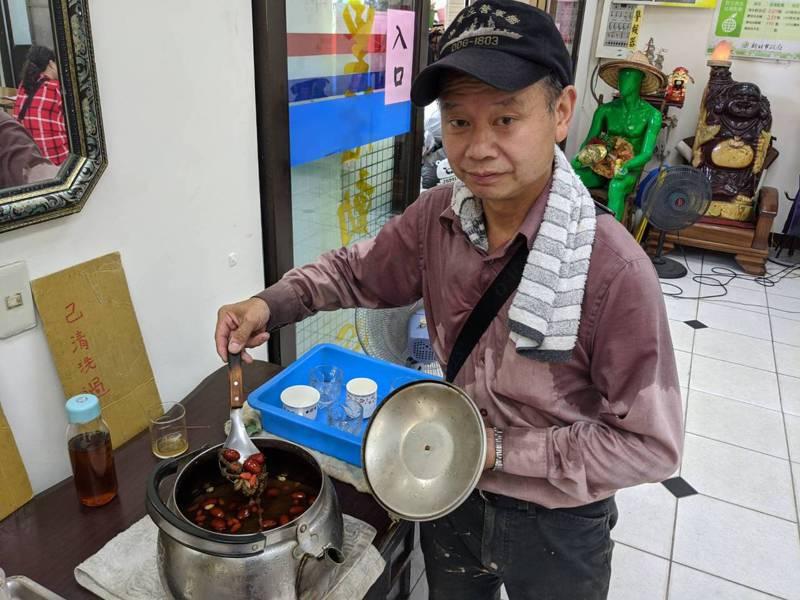汐止區江北里黃金資收站,里長謝祚敏就煮了獨家配方紅棗苦瓜茶,讓大家消消暑。 圖/觀天下有線電視提供
