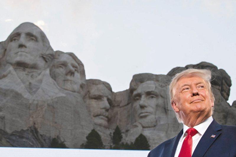 今年川普在拉什摩爾山(Mount Rushmore)國家紀念公園發表的獨立紀念日演講再度提到美國教育。(美聯社)