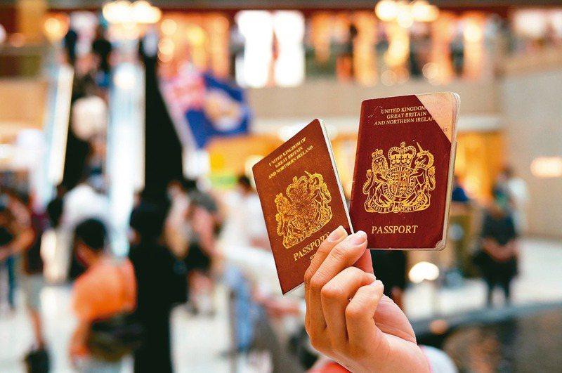 香港示威者手中拿著英國國民海外護照。 路透
