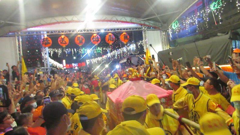 白沙屯媽祖上午進入彰化縣,雖然今天是上班日,但跟隨信徒人潮還是綿延數公里。聯合報系資料照/記者范榮/攝影