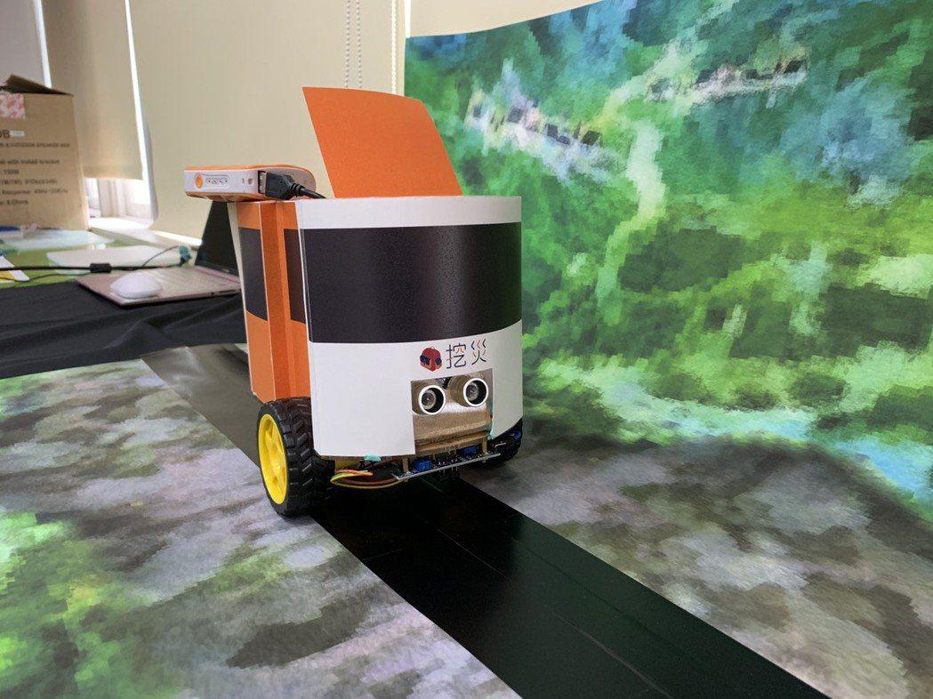 「挖災無人物資運送車」具有防患未然的物資儲備站概念,透過即時資訊、儲備物資運輸方...