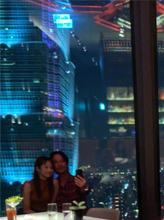 簡嫚書(左)與老公享受浪漫晚餐約會,似是提前慶祝結婚紀念日。圖/讀者提供