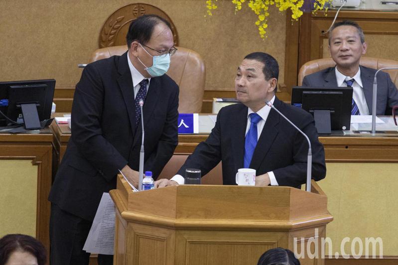 新北市長侯友宜(右)說,他已找過交通部長林佳龍,但目前採取合作方式,且增資還需要有錢才能。記者王敏旭/攝影