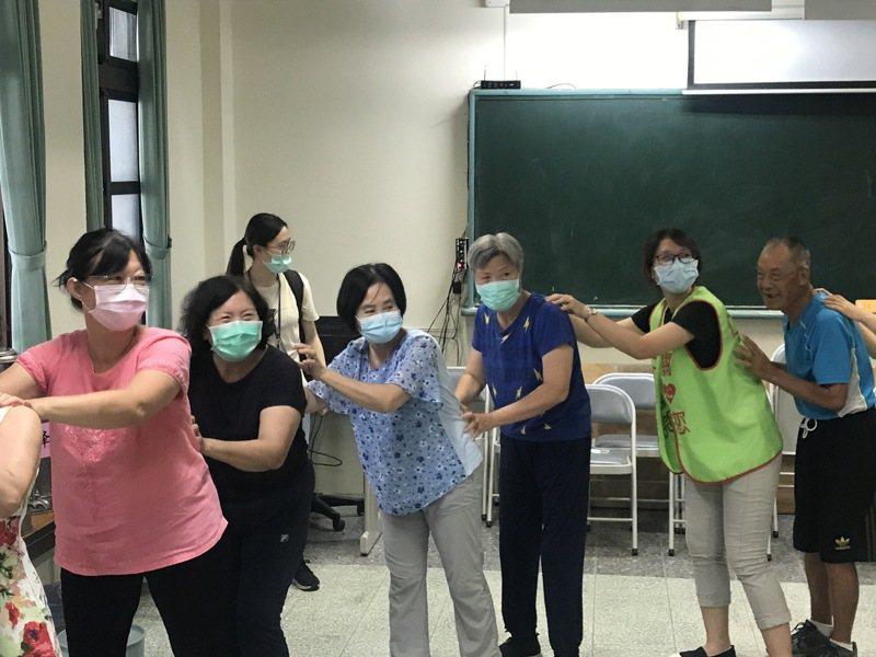 彰化縣仁和醫院今天在田中國小的社大教室成立「C級巷弄長照站」,帶著長輩們一起做健康操。記者林宛諭/攝影