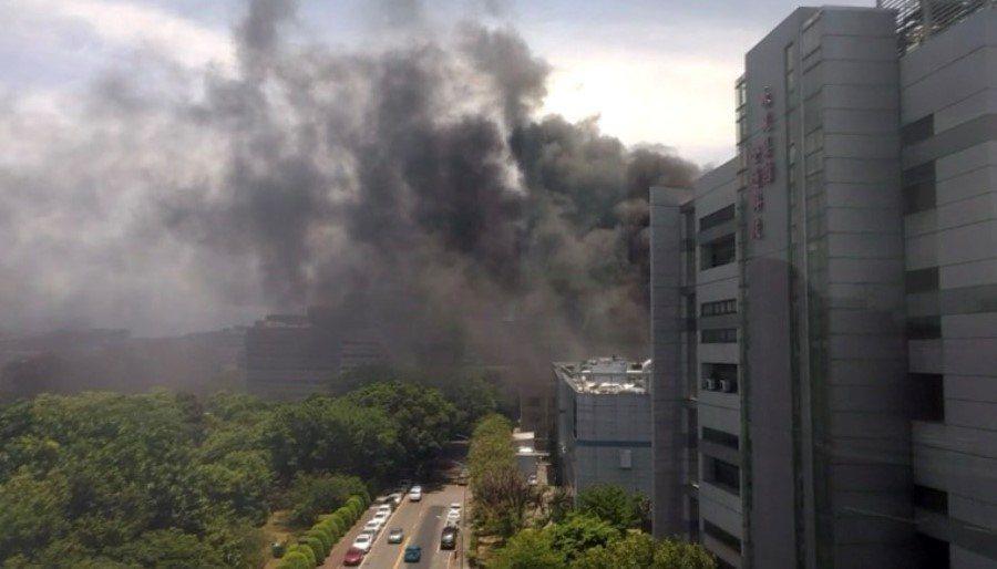 竹科6日中午發生機車棚失火的火災,冒出大片濃煙,幸而很快被撲滅。圖/讀者提供