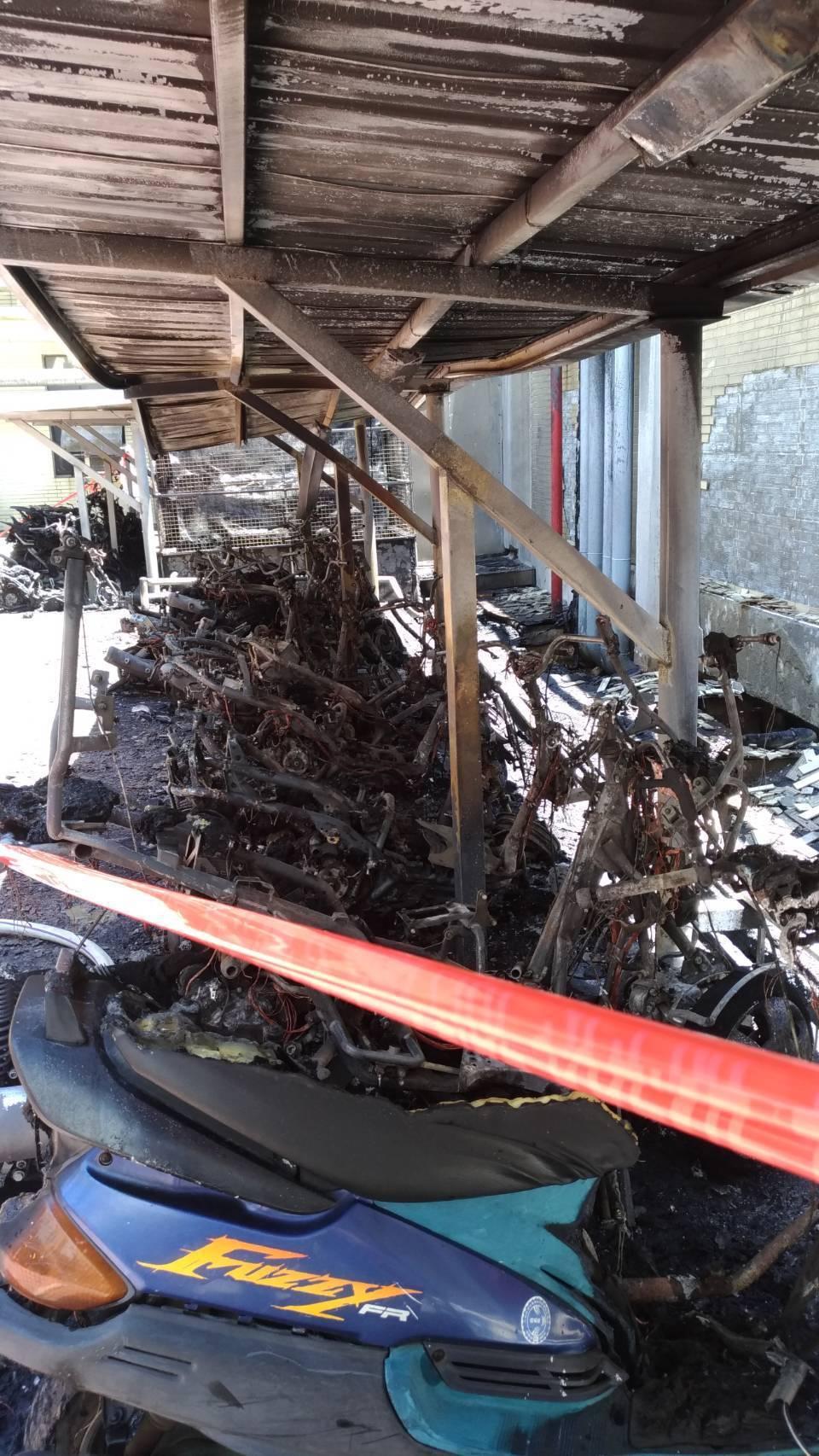 竹科全友機車棚中午失火,燒毀21輛機車,16輛半毀。圖/消防局提供