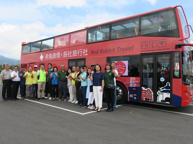 雙層巴士「金包里號」今天啟程,路線行經北海岸多處景點。圖/金山區公所提供