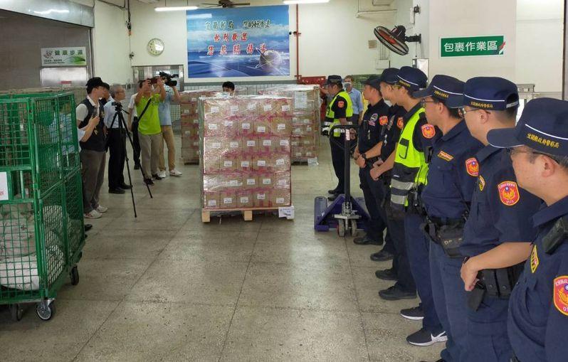 今天起運送振興券到各縣市郵局,首發到宜蘭,警方配合郵局全程護券。圖/讀者提供
