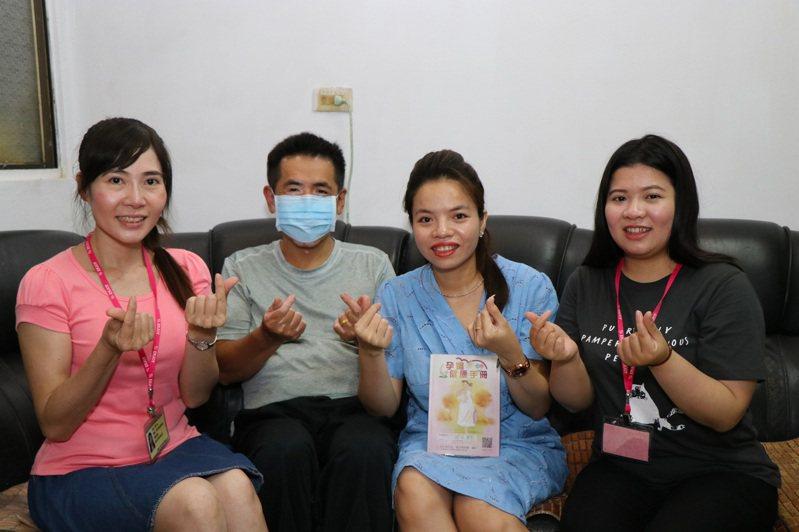 新住民金芳(右二)在嘉義市衛生局協助下,接受通譯員和護理師的產前和產後衛教。圖/嘉市衛生局提供