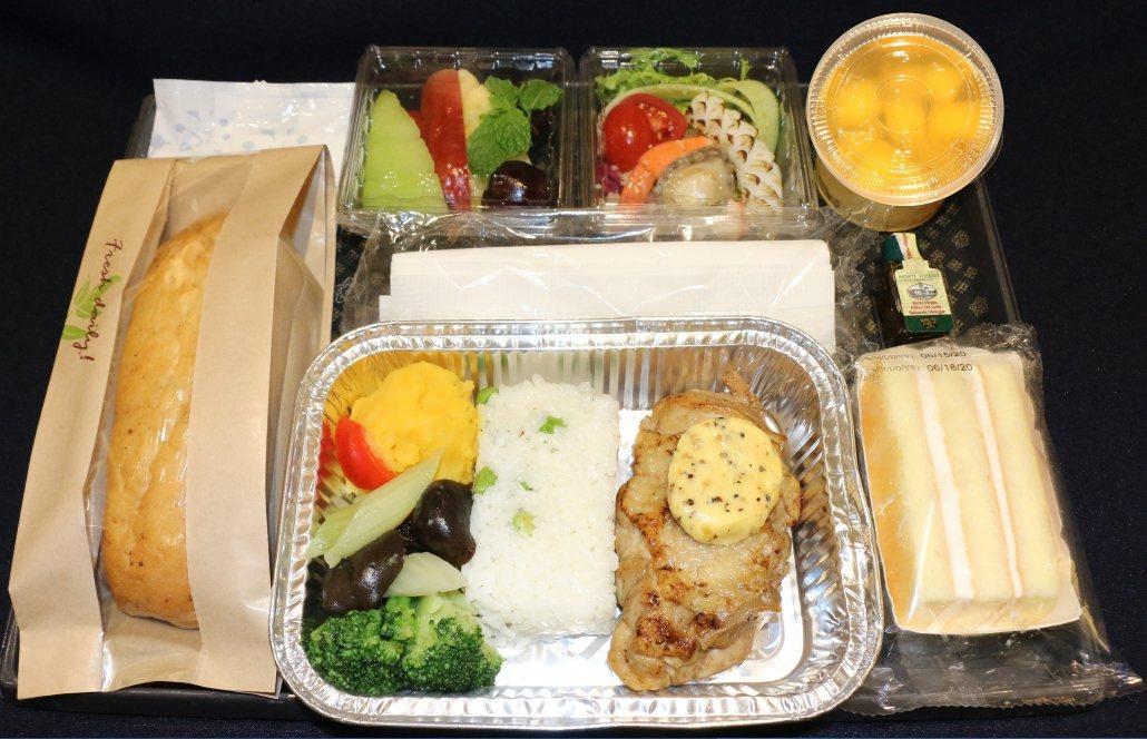華航今天宣布,即日起飛航時間單程超過3小時以上往返台北的航班提供「防疫熱餐」,同...