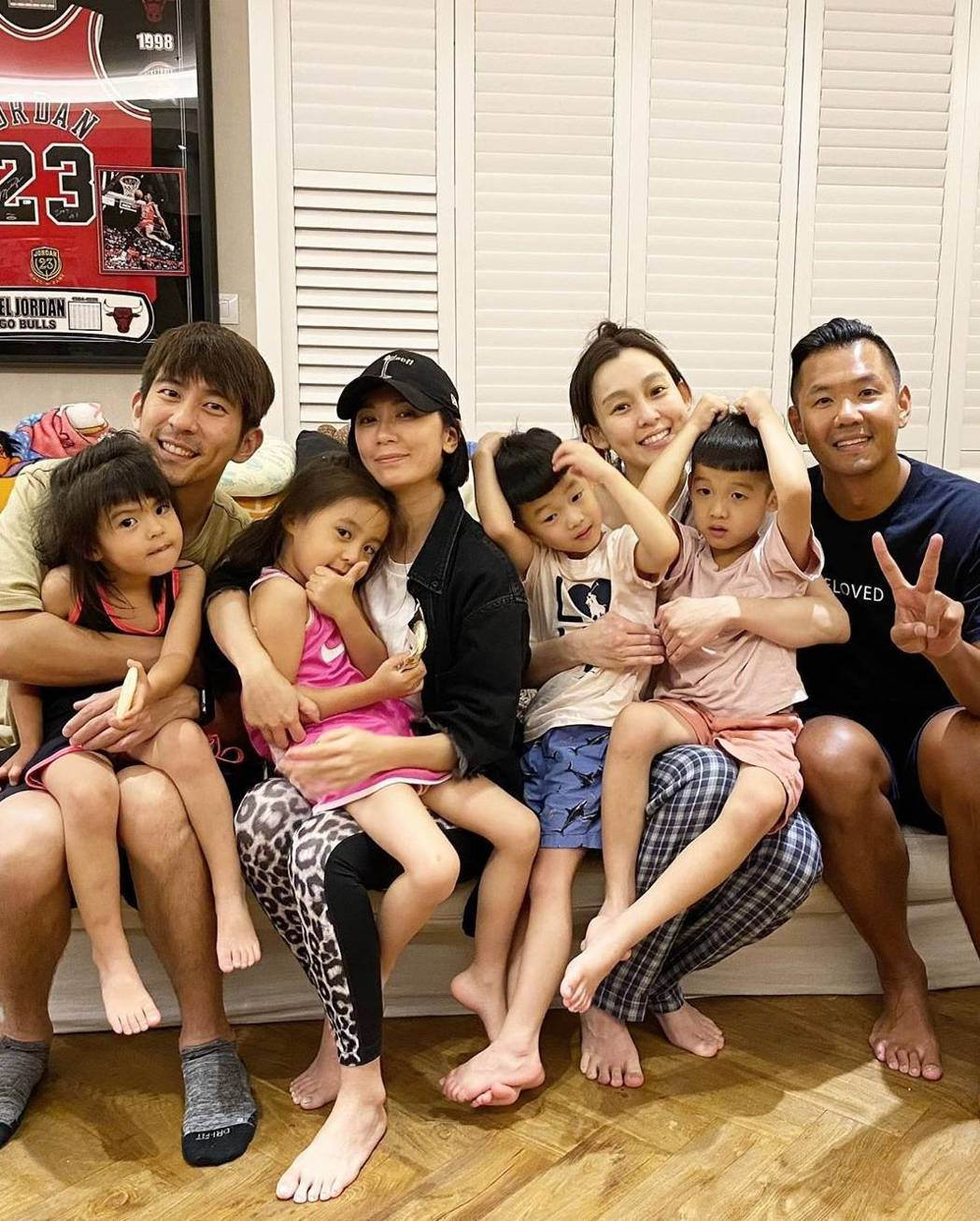 陳建州(右起)、范瑋琪、賈靜雯、修杰楷兩家人齊聚。圖/截圖自IG