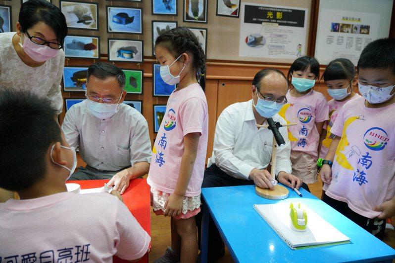 台北市教育局成立「幼兒園運算思維課程取向工作坊」,由專家學者完成「北市幼兒園運算思維取向教學示例」,這也開啟全國首創將K-12程式教育連貫規劃之先例。圖/北市教育局提供