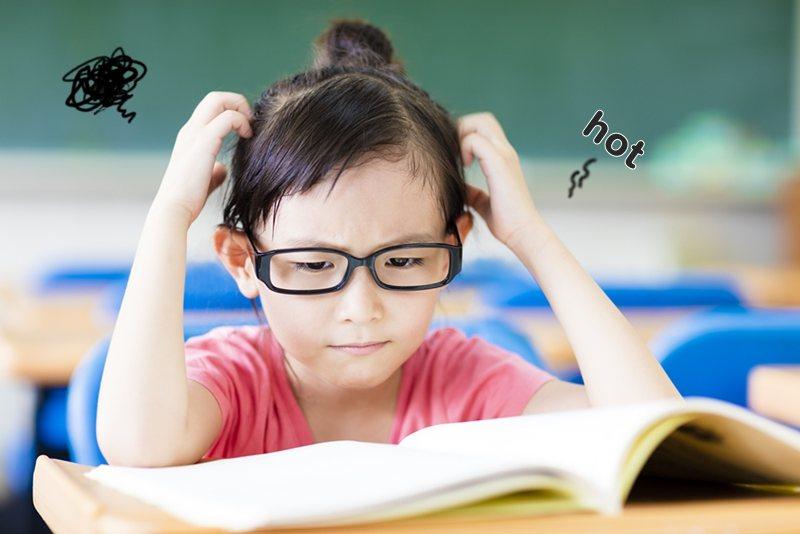 有調查指出,6成孩子認為學校生活太熱了,也有8成5家長籲教室應加裝冷氣,政府也應積極正視此議題。圖/BabyHome提供