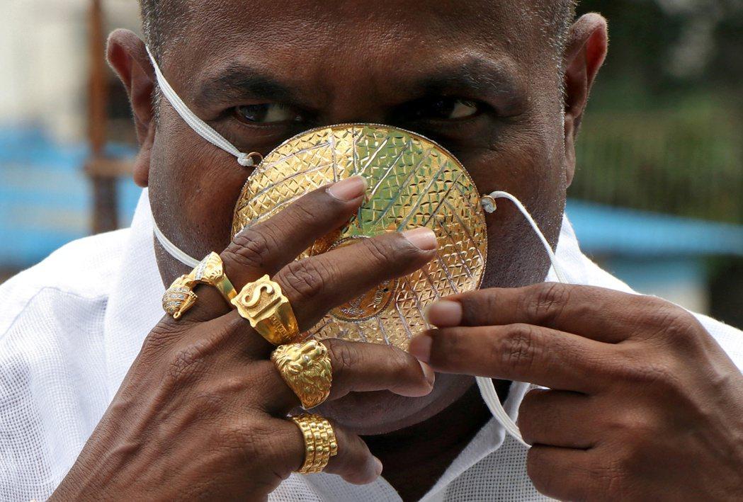 印度馬哈拉施特拉邦西部普內四十九歲的富商庫哈德花了近十二萬打造黃金口罩。(路透)