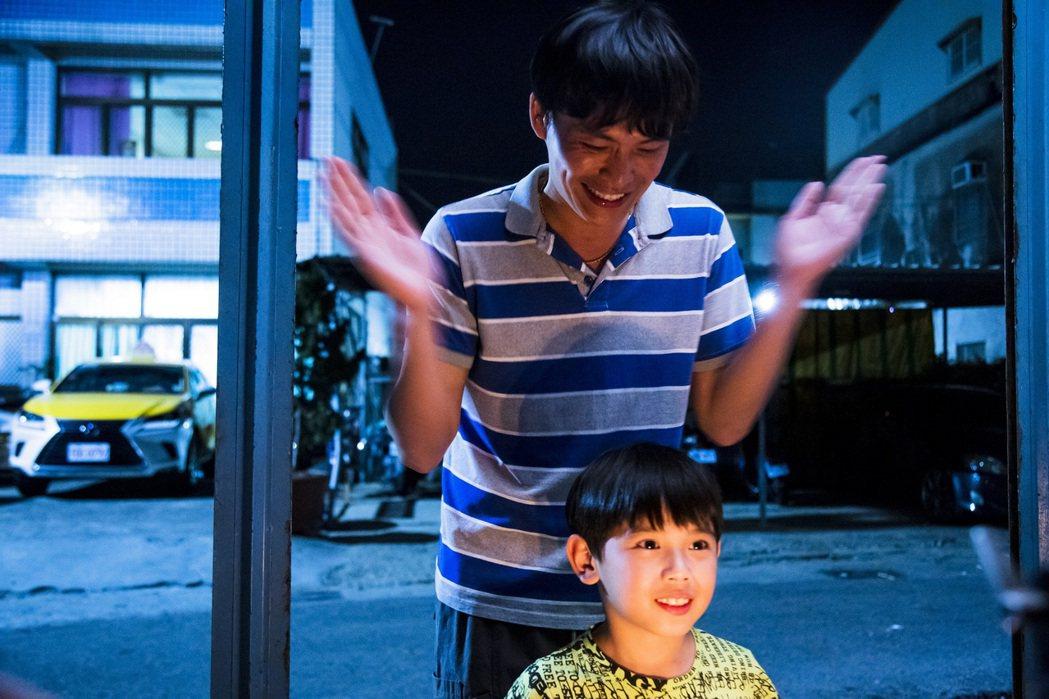 黃鐙輝(後)劇中幫兒子慶生。圖/民視提供