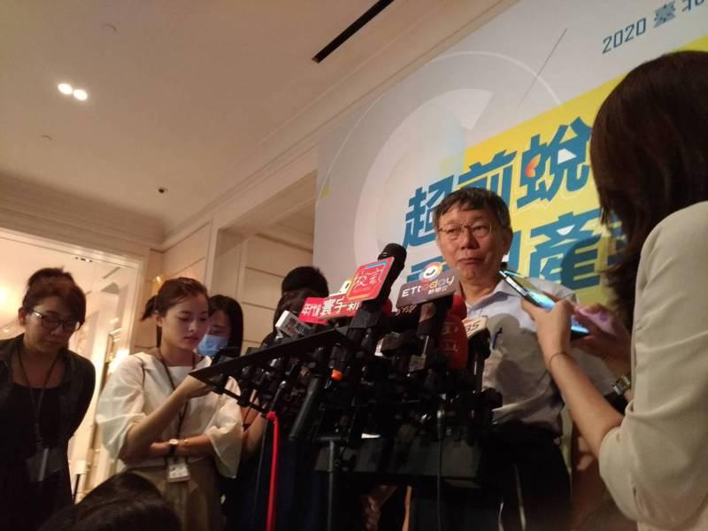 雙北推出1280月票「吃到飽」,台北市長柯文哲今天上午主持交通會報,自爆有人坐到1萬元,直呼「何方神聖」、「應該是做快遞」要求相關局處調查軌跡。記者林麗玉/攝影
