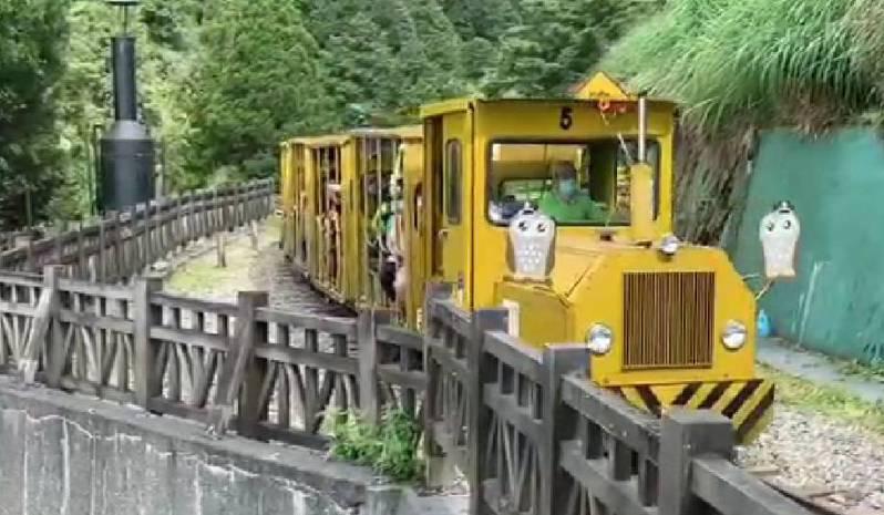 太平山蹦蹦車路線修復完成,今天恢復全線行駛,試營運期間仍維持優惠票價50元。圖/羅東林管處提供