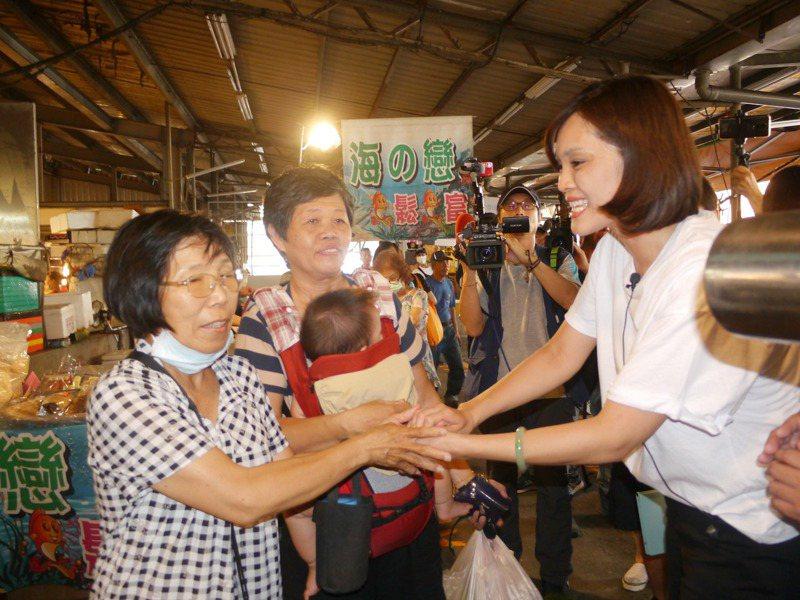李眉蓁今天下午到英明市場拜票,不認為陳麗娜與吳利成退出黨團運作會影響議長補選與她個人的市長選情。記者徐白櫻/攝影