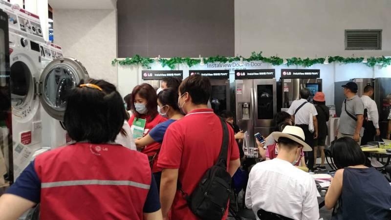 為期四天的2020台北電器空調3C影音大展出現報復性消費人潮。記者張義宮/攝影
