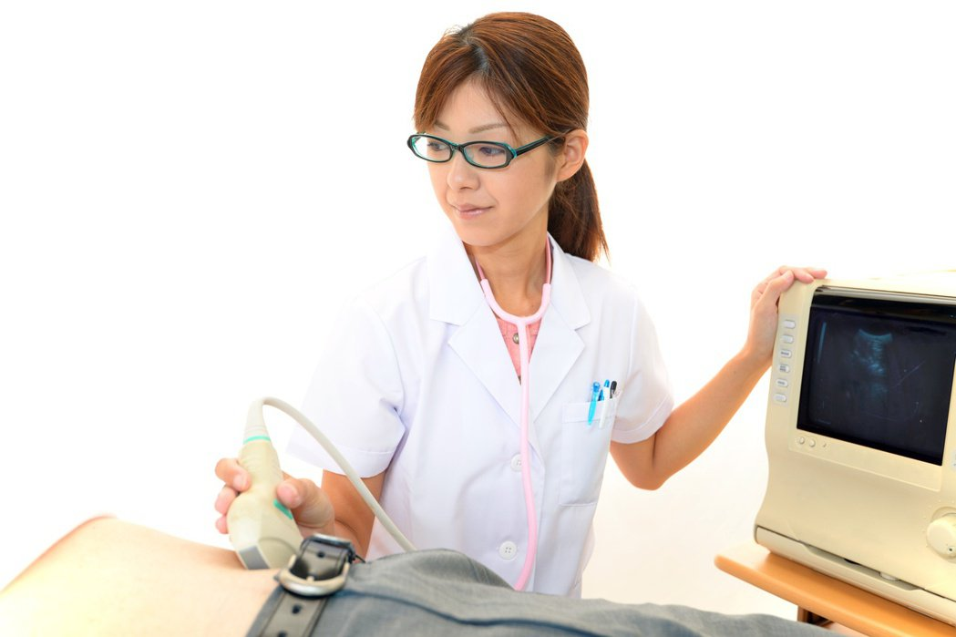 B型肝炎帶原,應定期追蹤接受腹部超音波檢查,避免發生肝腫瘤。圖╱123RF