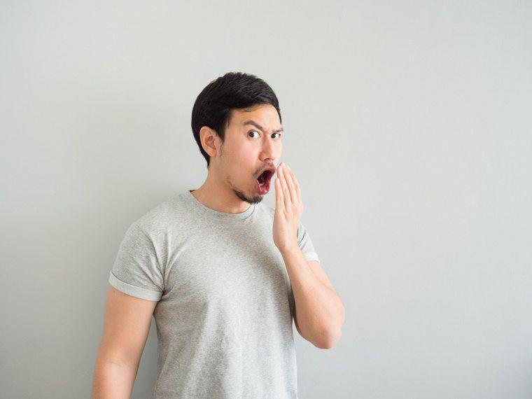 長期出現口臭,可能口腔健康拉警報。圖╱123RF