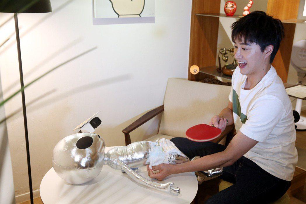 江宏傑現場模擬邊包尿布邊打兵乓球。記者邱德祥/攝影