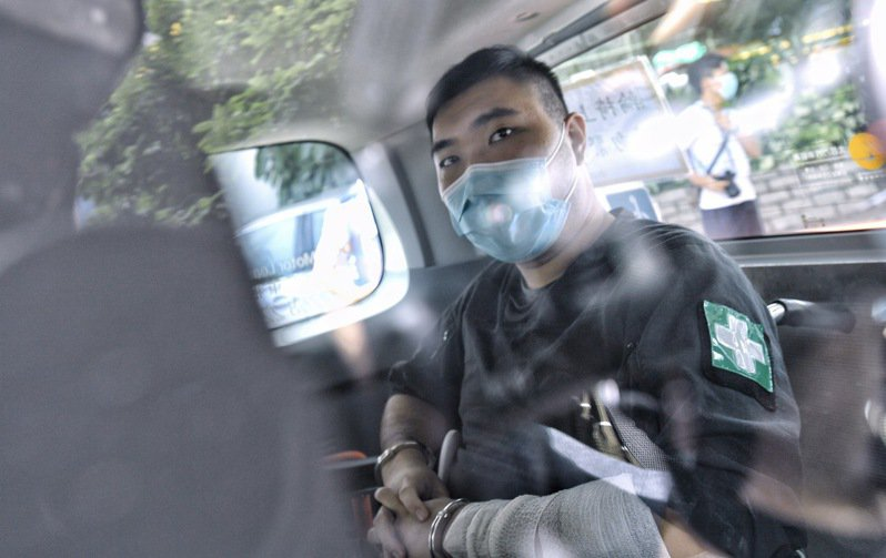 港版國安法實施後,首名被檢控人士6日下午於香港西九龍裁判法院提堂。被告唐英傑由警車押送到香港西九龍裁判法院應訊,有荷槍實彈的警員於現場戒備。(香港中通社)