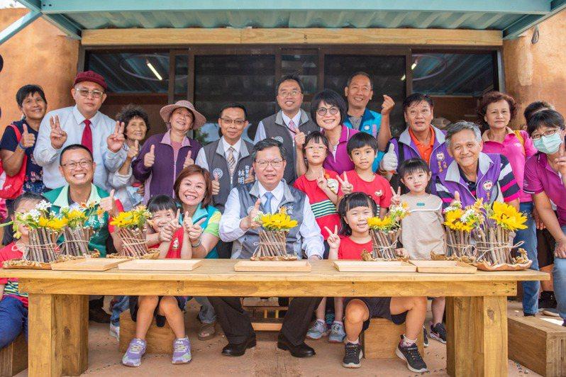 八德幼兒園小桃子工坊昨天啟用,鄭文燦(前排中)說,可以讓園內幼兒有機會近距離觀察和參與。圖/桃園市政府提供