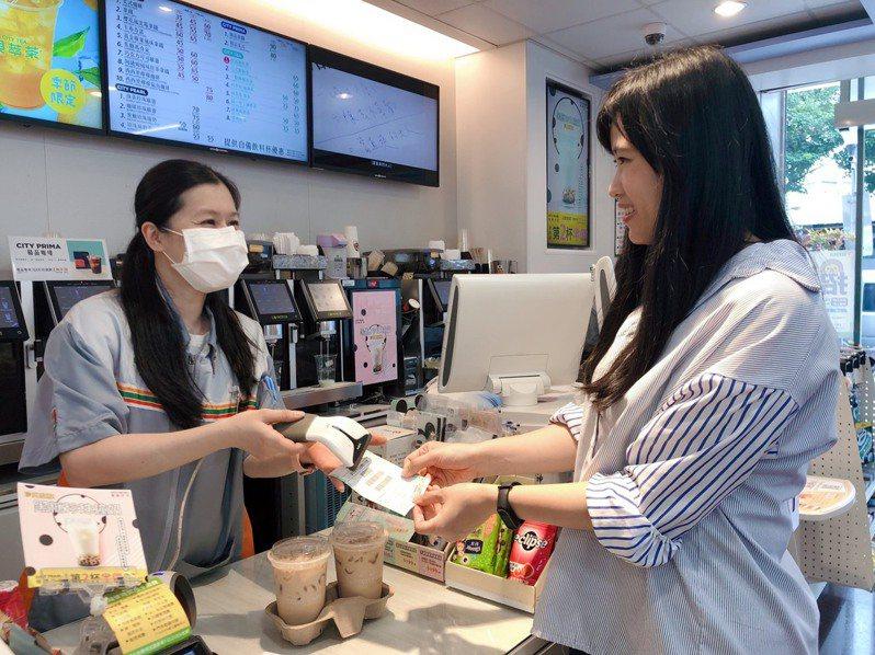振興三倍券預購結帳當下立即享有CITY CAFE大杯拿鐵第2杯半價優惠。圖/7-ELEVEN提供