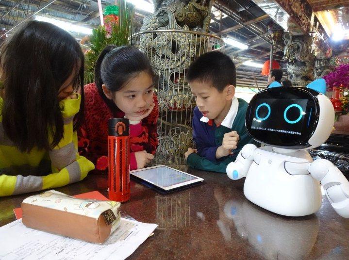北市三玉國小10位高年級生,以「智慧文化三玉宮」為主題,設計出會說歷史也能與民眾互動機器人,勇奪網界博覽會雙金。圖/北市三玉國小提供