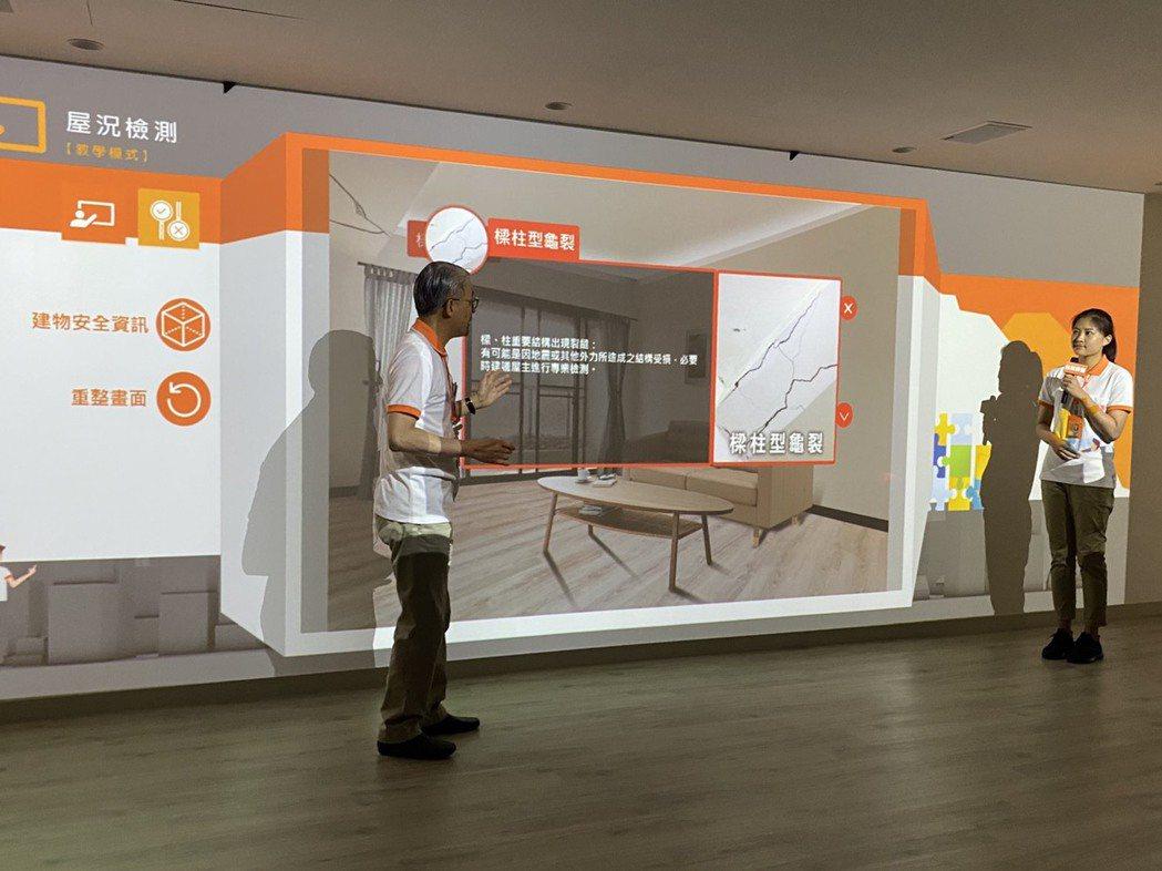 台灣房屋斥資一億元打造智慧型訓練中心,透過情境數位畫面採1:1的比例,培育房仲人...