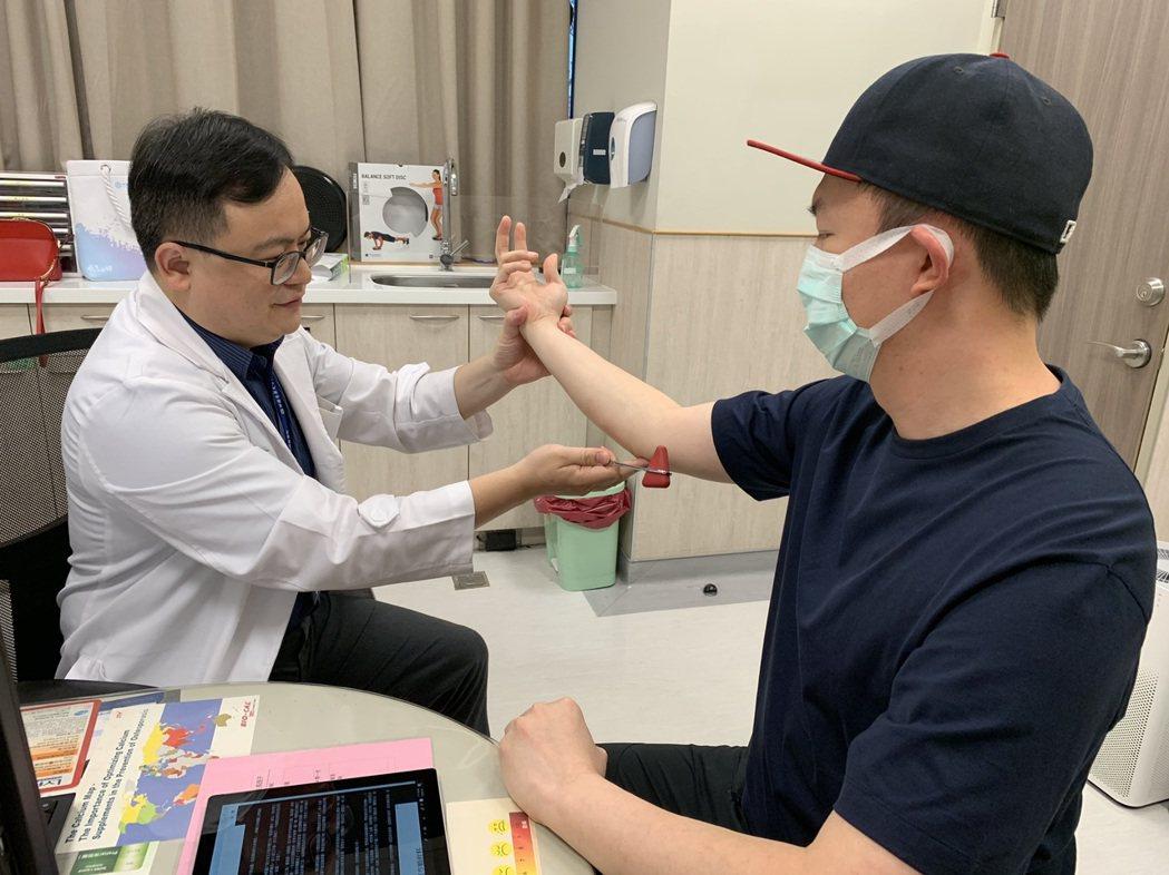 中國醫藥大學新竹附設醫院復健科醫師何宇淳表示,手肘的內側有一條神經通過,名為尺神...