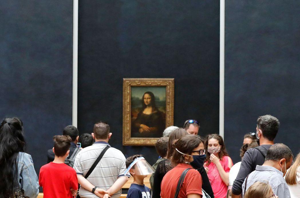 微笑重現 法國巴黎羅浮宮因疫情關閉四個月,六日恢復開放,名畫蒙娜麗莎前方又見排隊...