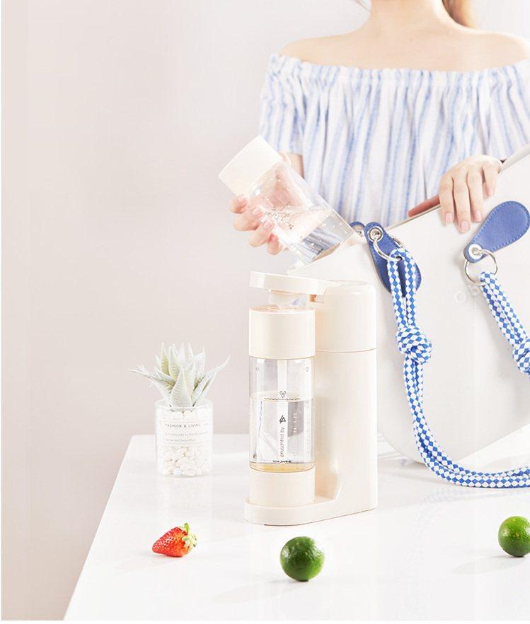 製作好的氣泡飲,只要換裝密封上蓋就可以隨身帶著走。圖/羽唐整合行銷提供