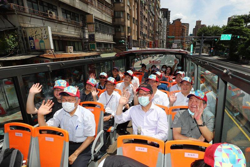 台北市長柯文哲、交通部長林佳龍與衛福部長陳時中上午一同搭乘台北雙層觀光巴士,遊覽台北市區觀光景點,向國人推展國內旅遊。 台北市攝影記者聯誼會/提供