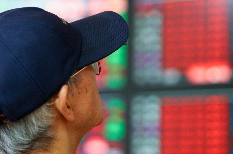 台股昨天上午開高走高,在資金行情激勵下,盤中大漲上百點,攻上12,000點大關。 記者余承翰/攝影